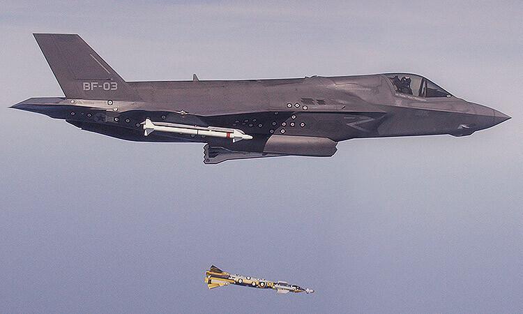 F35-B-releases-Paveway-bomb